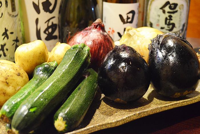 夏野菜の天ぷら盛合せ 680円+税 ズッキーニ、万願寺、なすび等々採れたて新鮮な 契約農家さんの夏野菜を天ぷら盛りに!