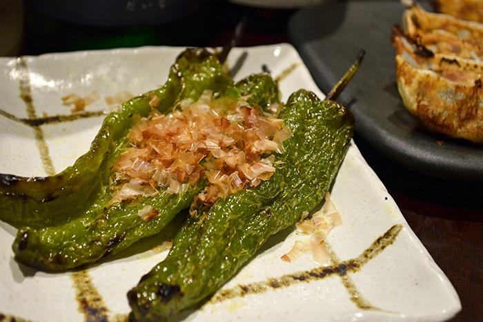 契約農家さんの焼き万願寺 350円+税 夏といえばこの野菜!万願寺を焼いて シンプルにおかか醤油で召し上がれ!