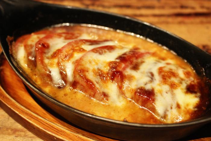 トマトチーズ焼 480円+税 さっぱりグラタン風に!熱々を召し上がれ♪