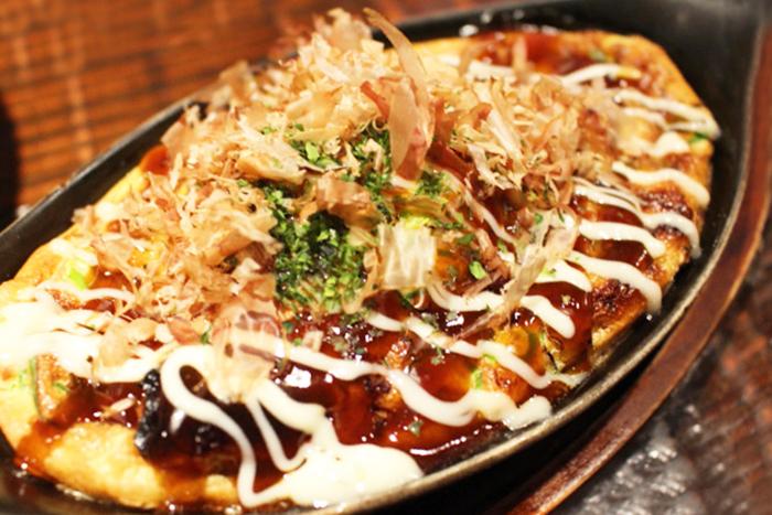 鉄板ふんわり卵の肉玉焼き 650円+税 お好みソース&マヨで関西風に仕上げました!