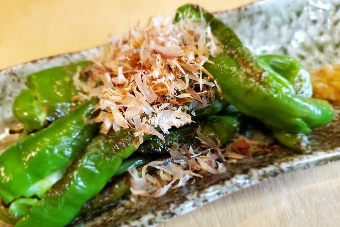 【農家さんの夏野菜で鉄板焼】 しみず屋の鉄板で焼く農家さんの太陽をいっぱい浴びた新鮮な低農薬野菜!もちろん万願寺だけでなく焼茄子等日替わりでご用意しています!