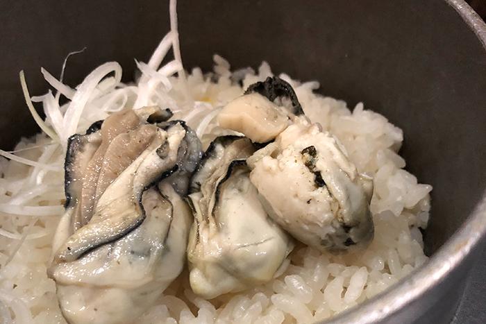 牡蠣の釜めし 980円 旬の素材を使った日替わり釜飯やってます。