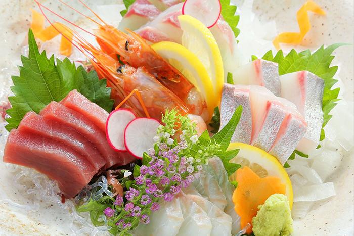 お造りの盛り合せ 1280円~ 新鮮なお魚をまずはお造りで!