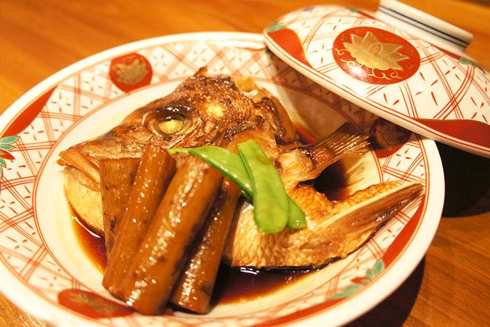 日替わりの煮つけ 680円+税~ 真鯛のカブト煮や旬のお魚を甘辛くさっと炊いて