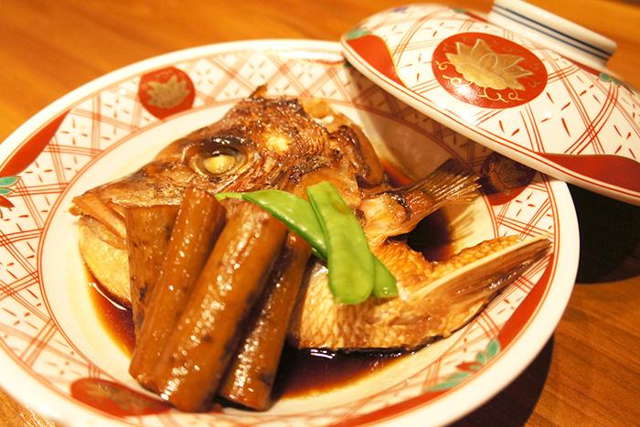 日替わり煮魚 580円+税~ 魚屋の煮魚はお酒にもご飯にも合うコッテリ派。