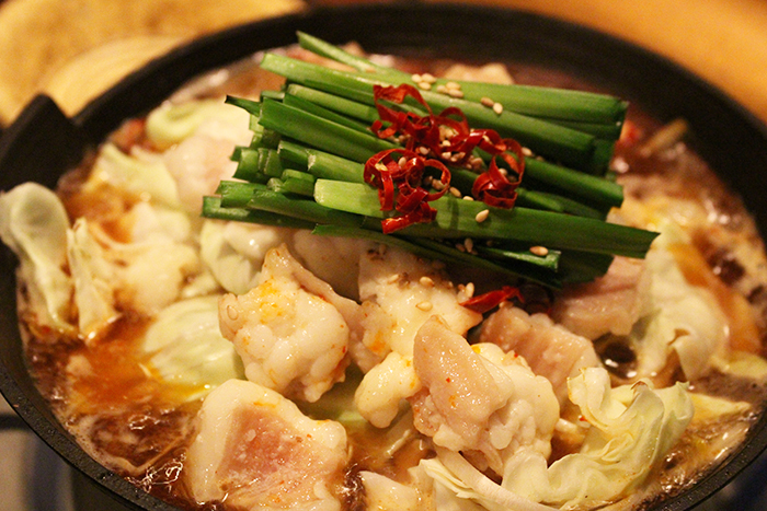 にんにく醤油の牛モツ鍋 1280円+税 寒い日に持って来いの牛モツ鍋!にんにく醤油のスープでほっこり温まってね!