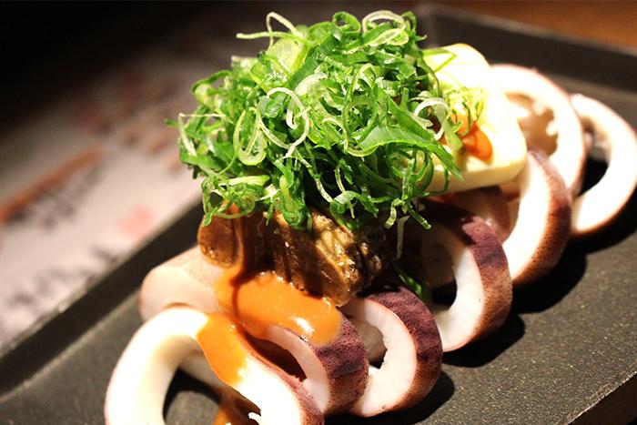 イカの肝バター醤油焼き 780円+税 鉄板で焼いた瞬間の香ばしい匂いがたまらない!