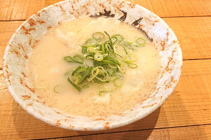 モチモチの黒豚水餃子を店内炊き出しの豚骨スープで食べる!スープまで美味しい水餃子。 寒~いこの季節にピッタリですよ! 肉汁!黒豚水餃子 580円+税