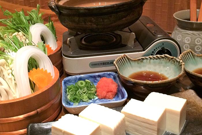 温かい鍋が恋しい季節はもう、すぐそこ。 魚屋平兵衛商店では今年も各種鍋をご用意。 小鍋で1人前からご注文可能です!お気軽にどうぞ。 (※鍋の種類によっては前日予約が必要な場合があります。) 湯豆腐 980円+税~