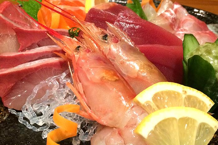 やっぱり、お造りは召し上がって頂きたい! 高知の土佐清水港から直送される日替わりの珍しい魚も要チェック! お造り単品 680円+税~ お造り盛合せ 1280円+税~
