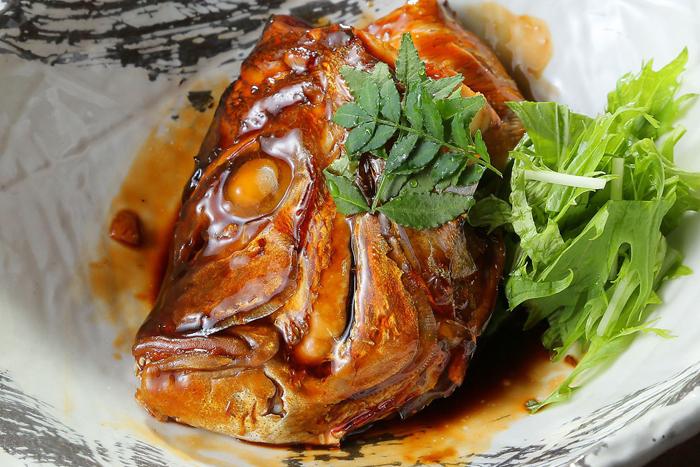 お勧めの煮魚も桜! 春の真鯛は桜鯛ともいわれ、脂がのります! 〇真鯛カブトの煮つけ 680円(税込748円)~